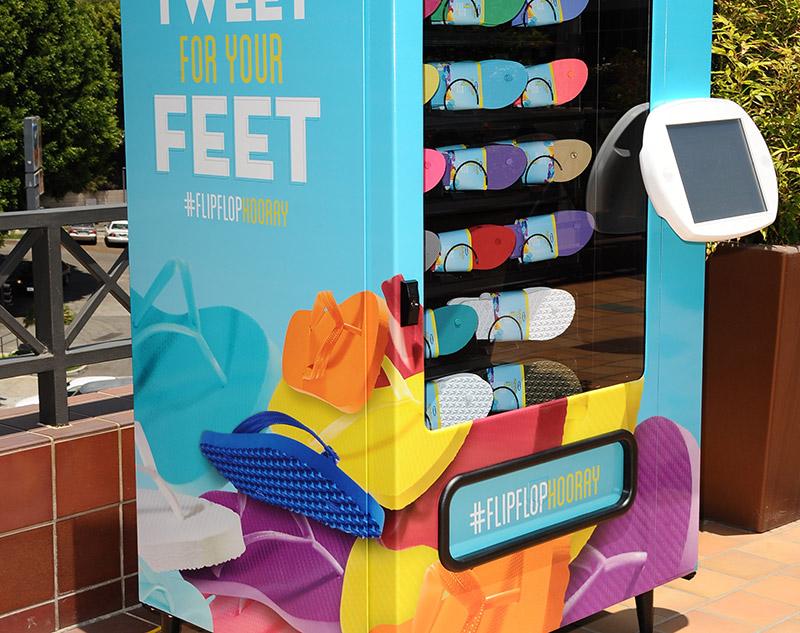 Twitter-Vending-Machine-Samples-Old-Navy